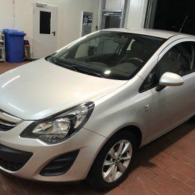 Dieser Opel Corsa hat eine Grundreinigung bekommen.