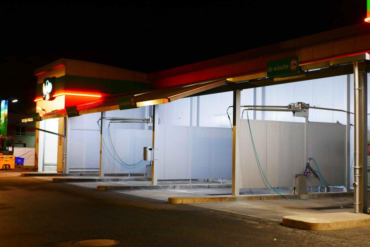 Unsere Selbstwaschanlagen laufen rund um die Uhr! Wir haben 4 Waschboxen für Sie in denen man 24 Stunden selbst das Auto, Boote, Traktoren und andere Nutzfahrzeuge waschen kann.